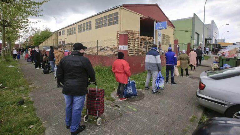 Colas no Banco de Alimentos en Lugo